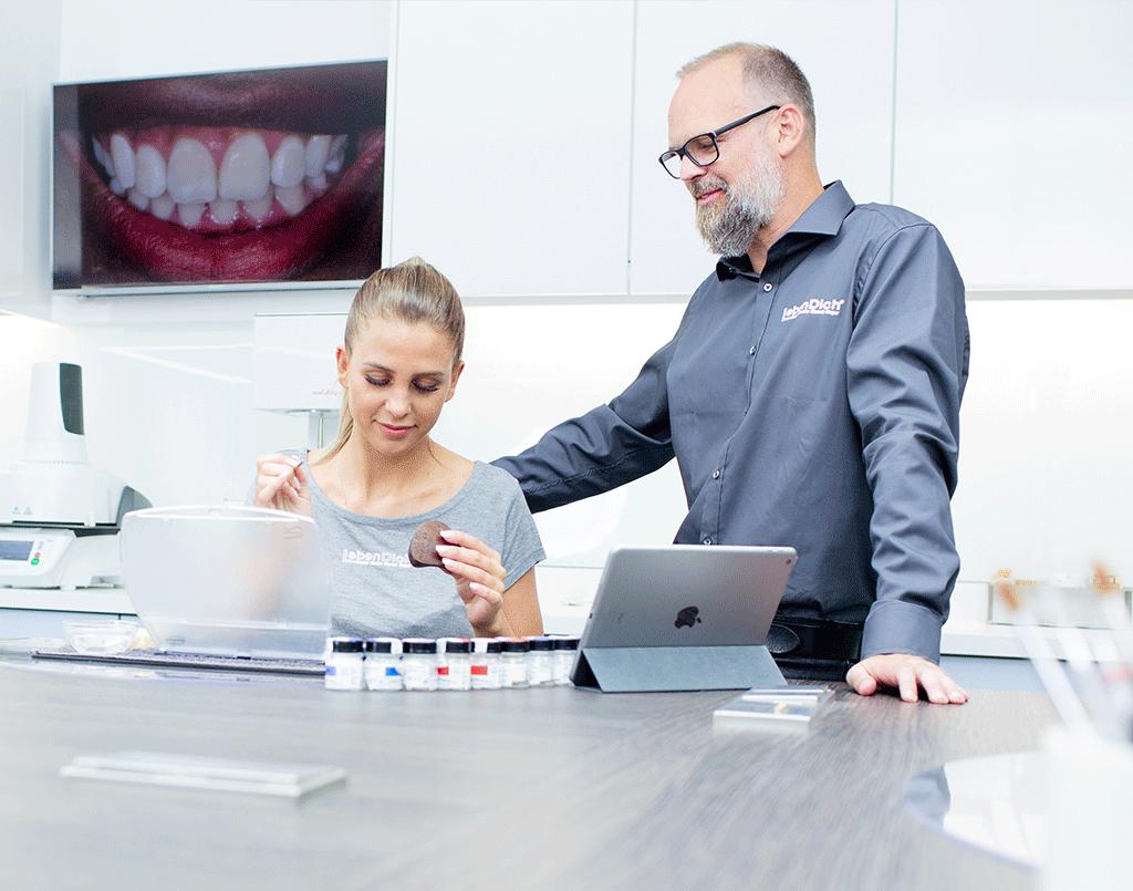 Bei der Arbeit- LebenDich Dentalstudio GmbH